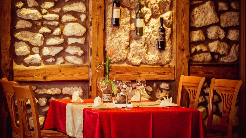 Hotel Keppler´s Ecke - gedeckter Tisch mit Weingläsern und Kerzen