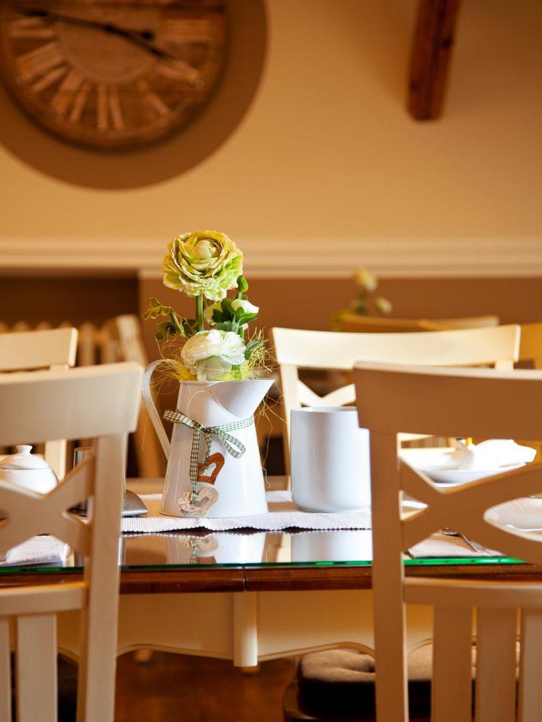 Hotel Keppler´s Ecke - Gastraum, Stilleben mit Blumenvase