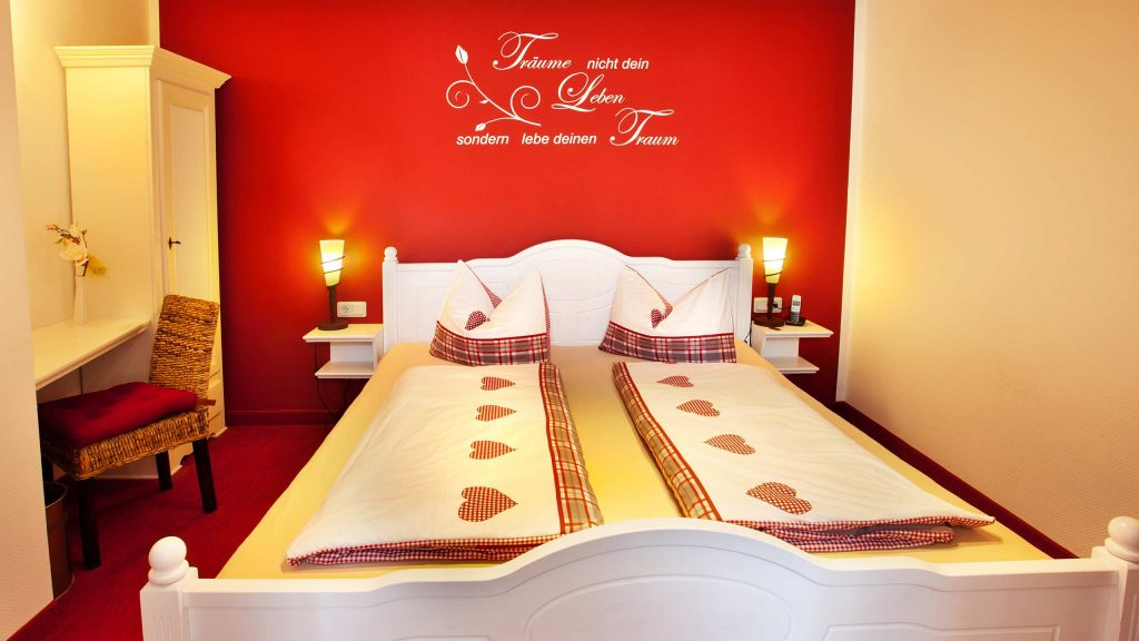 Hotel Keppler´s Ecke - Hotelzimmer mit rotem Dekor